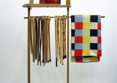 Compositie met wandelstokken, klapstoeltjes en een deken